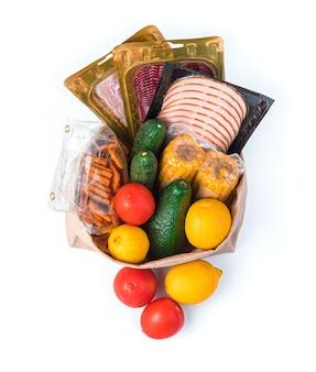 紙袋に入ったトマト、きゅうり、とうもろこし、ソーセージ、トマトクラッカー