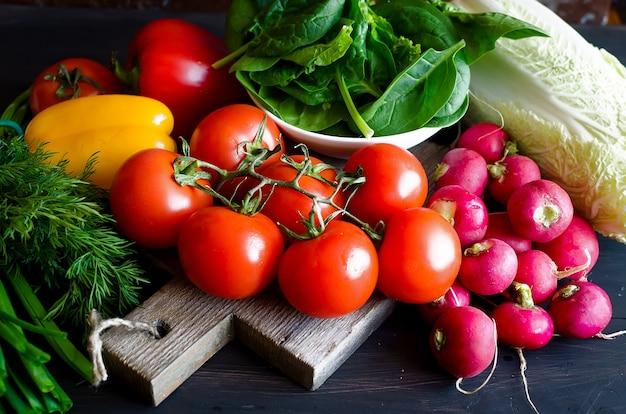 Помидоры, огурцы, перец, редис, лук и зелень