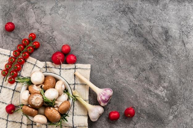 Tomatoes and garlic arrangement