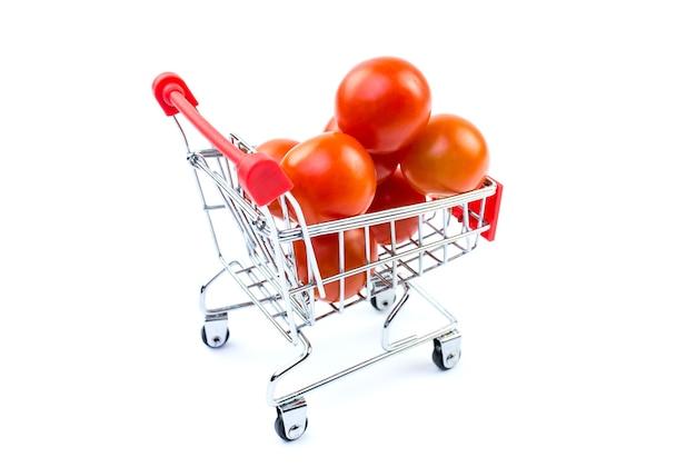 흰 배경에 고립 바구니에 토마토.
