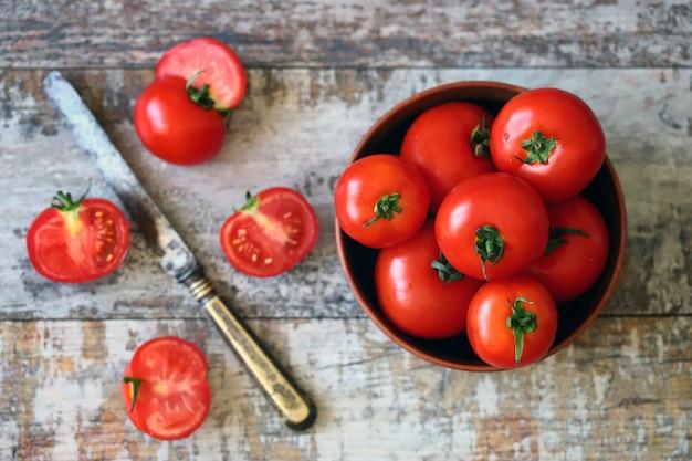 ボウルとナイフのトマト