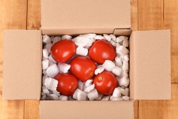 段ボールのポストボックスにトマト
