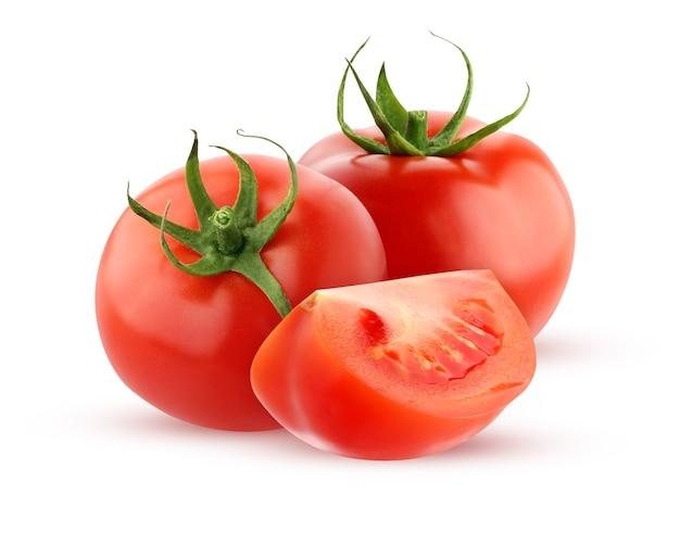 クリッピングパスで白い背景に分離されたトマト。 2つの丸ごと赤いトマトと影のあるカットピース。野菜の束。