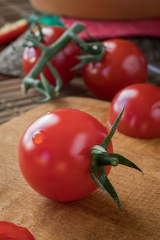 まな板にトマト