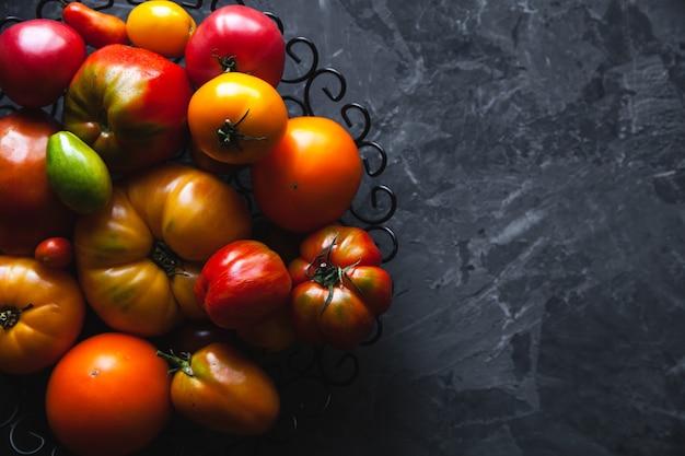 灰色の背景のトマト、健康食品、野菜