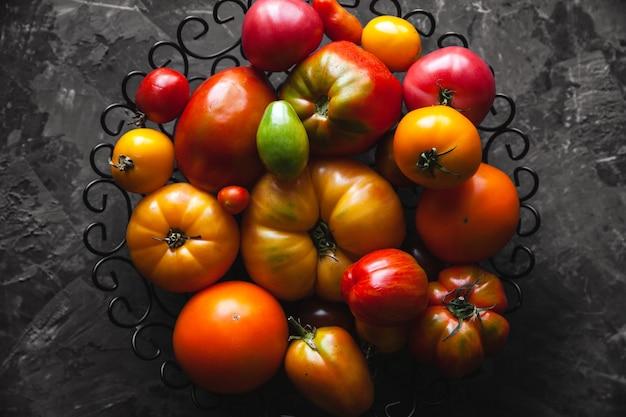 灰色のテーブルの上のトマト、健康食品、野菜