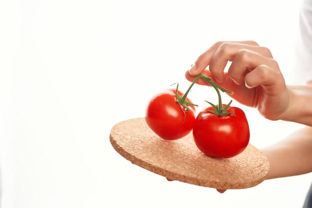 Помидоры на тарелке ингредиент приготовление салата витамины