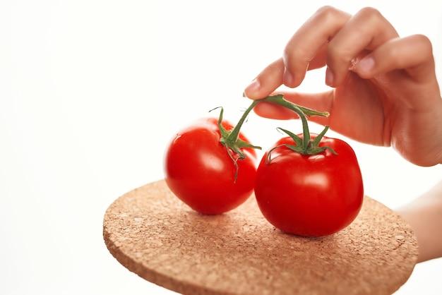 サラダのビタミンを調理するプレート成分のトマト