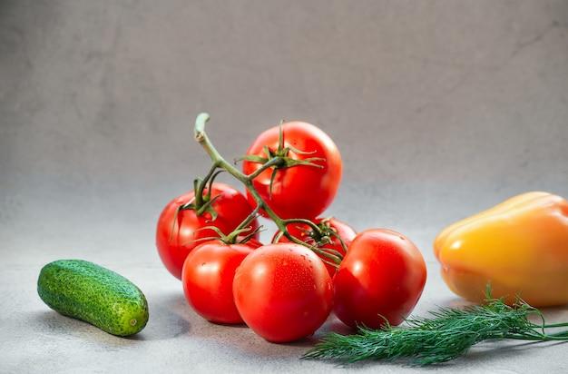腫れた背景のトマト。きゅうりとコショウ。野菜ミックス。
