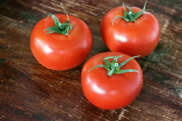 나무 배경에 토마토