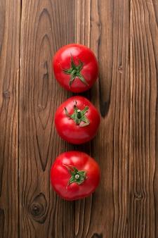 木製の背景にトマト