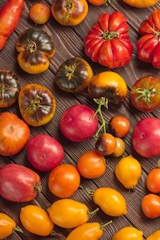 木製のテーブルの上のトマト。木製のテーブルの上のフレッシュトマトがクローズアップ。