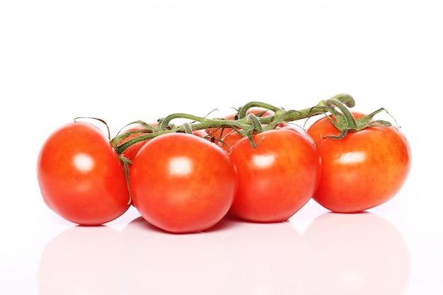 白い表面上のトマト