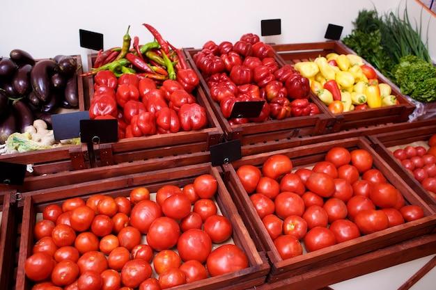 トマト、ピーマン、ナス、キャベツ、キュウリ、野菜の野菜店の棚の上のボックス