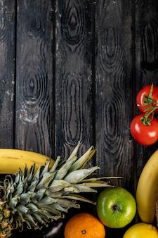 トマトパイナップルとバナナの木製テーブル
