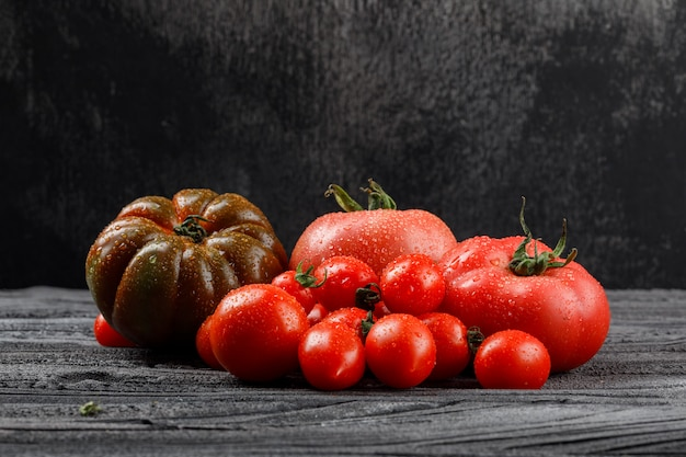 木製と暗い壁、側面のトマトの様々な。