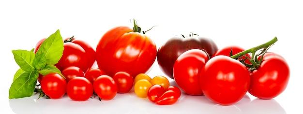 白い背景で隔離のバジルとトマト
