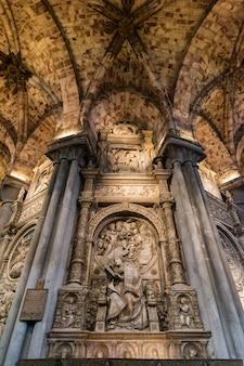 スペイン、アビラ大聖堂内の「エルトスタド」として知られるアロンソデマドリガルの墓