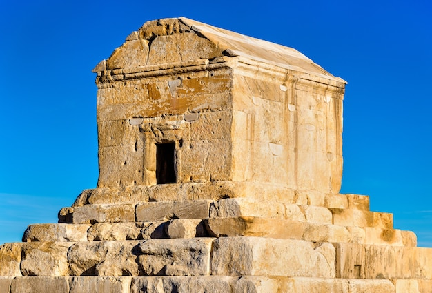 Pasargadae에있는 cyrus the great의 무덤-이란