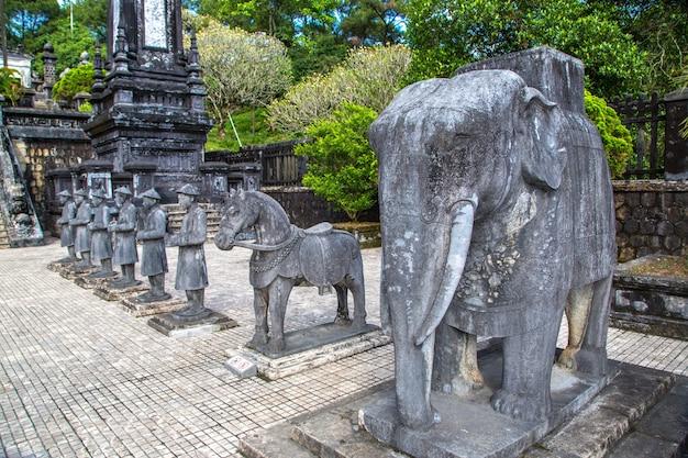 Могила хай диня с почетным караулом манадарина в хюэ, вьетнам