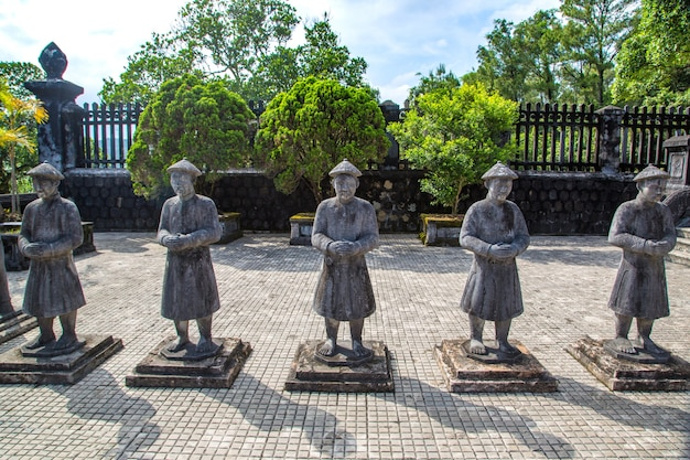 Могила кхай диня с почетным караулом манадарина в хюэ, вьетнам