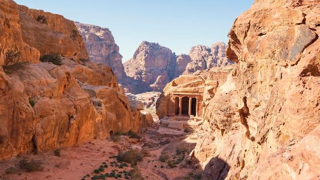 ペトラの古代都市の列を持つ墓