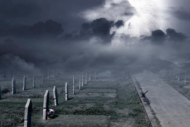 満月の背景を持つ墓地の墓石。ハロウィーンのコンセプト