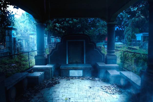 Надгробия на кладбище с фоном ночной сцены. концепция хэллоуина