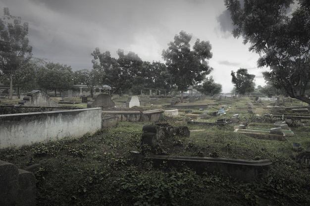 Надгробия на кладбище на фоне драматической сцены. концепция хэллоуина