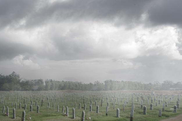 극적인 장면 배경으로 묘지에 삭제 표시. 할로윈 컨셉