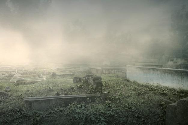 Надгробия на кладбище на фоне тумана. концепция хэллоуина