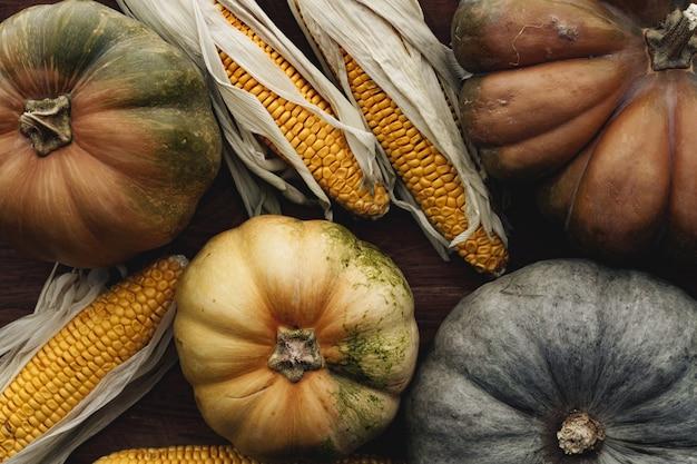 Тонированный осенний фон из тыквы и кукурузы крупным планом