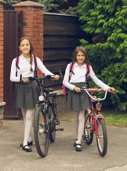 자전거를 타고 통학하는 귀여운 미소녀들의 톤다운된 이미지