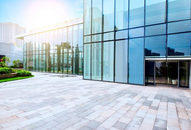 Тонированное изображение современных офисных зданий в центре гонконга.