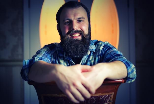 引き締まった男のあごひげを生やした表情
