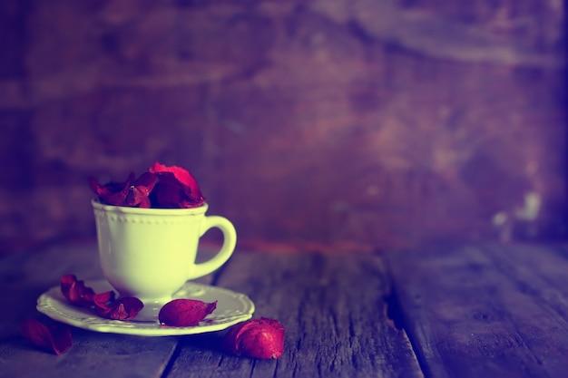 角砂糖入りのトーンの写真ティーカップ