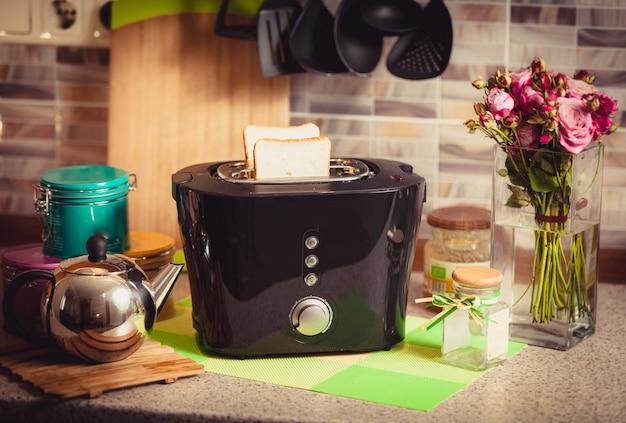 美しい装飾が施されたキッチンに新鮮なブラッドとトースターのトーン ショット