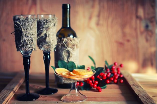 トーンのワイングラスの木製の背景