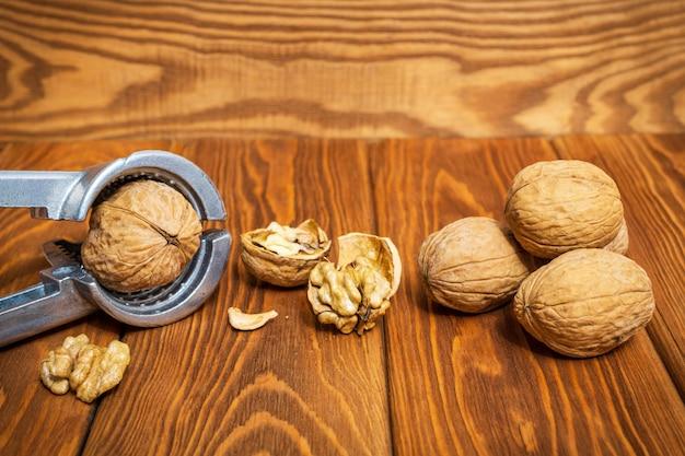 古いビンテージテーブルのトングチョップナッツ