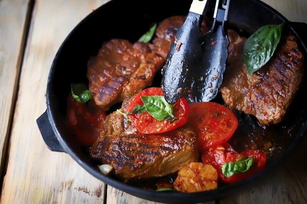 Щипцы для мяса и сковорода со стейками