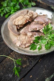 舌ポーク調理肉茹でたての新鮮な食事スナックテーブルコピースペース食品背景素朴