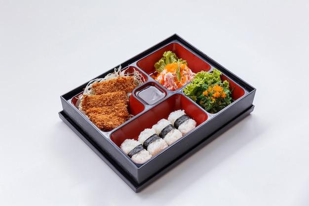Tonkatsu bento подают с вырезанной глубокой жареной свиной котлеткой.