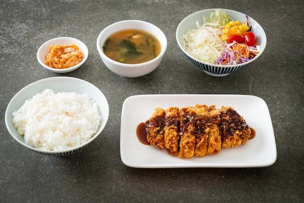 Тонкацу - японская котлета из свинины, обжаренная во фритюре с рисом, - японская кухня