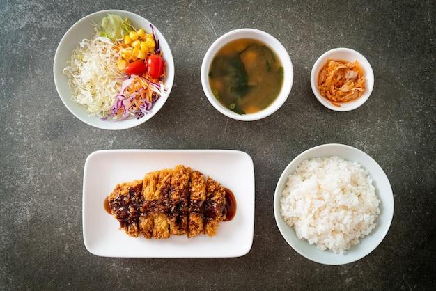 Тонкацу - японская котлета из свинины, обжаренная во фритюре с рисом, - японская кухня Premium Фотографии