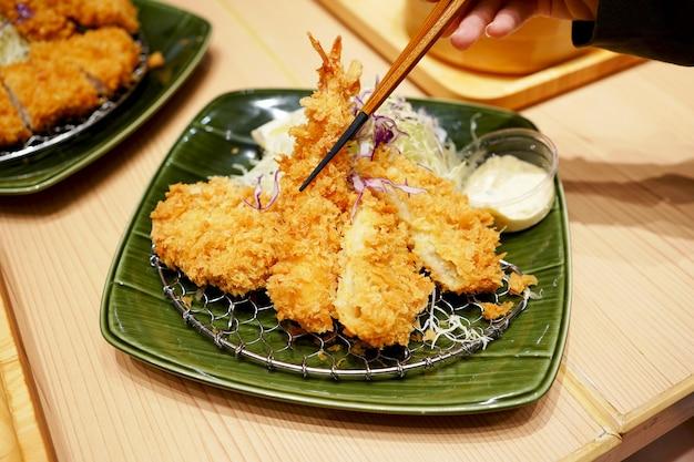 豚カツとご飯のとんかつは、美味しい日本食で有名な鍋ご飯です