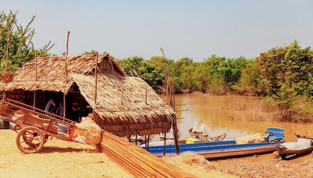 톤레삽 호수. 가뭄 기간 동안 kampong phluk 수상 어촌 마을. 죽마, 사람과 보트에 집. 가난한 나라. 캄보디아 씨엠립 근처 물 위의 캄보디아인의 삶과 직장