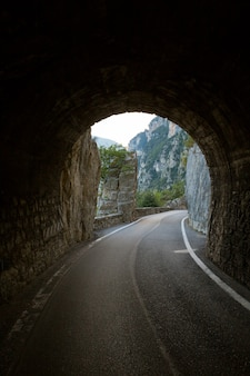 Тоннель на уникальной и знаменитой живописной дороге страда делла форра в пещерах, ведущих от тремозине к пьеве.