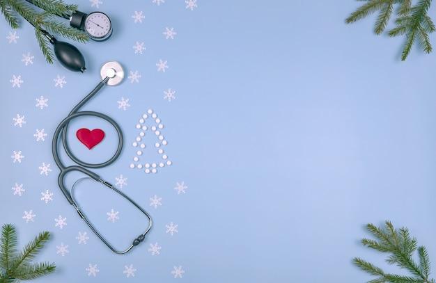 クリスマスツリーの雪片と枝の形に折りたたまれた眼圧聴診器の医療用錠剤