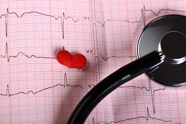 ピンクの背景の圧力と心電図を測定するための眼圧計