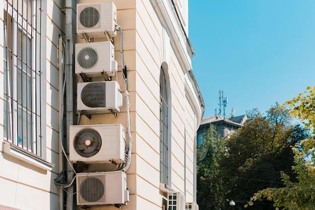 너무 많은 에어컨이 오래된 건물의 정면에 매달려 있습니다. 도시 에어컨 압축기